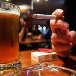 Cáncer: ¿a cuántos cigarrillos equivale una botella de alcohol?